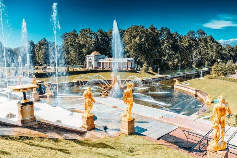 Grande cascata em Pertergof, São Petersburgo, Rússia foto de stock royalty free