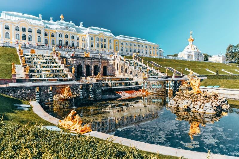 Grande cascata em Pertergof, São Petersburgo, Rússia foto de stock