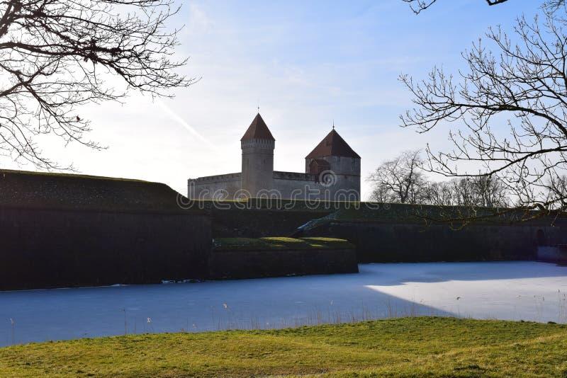 Grande castello di Kuressaare in Saaremaa, Estonia fotografia stock libera da diritti