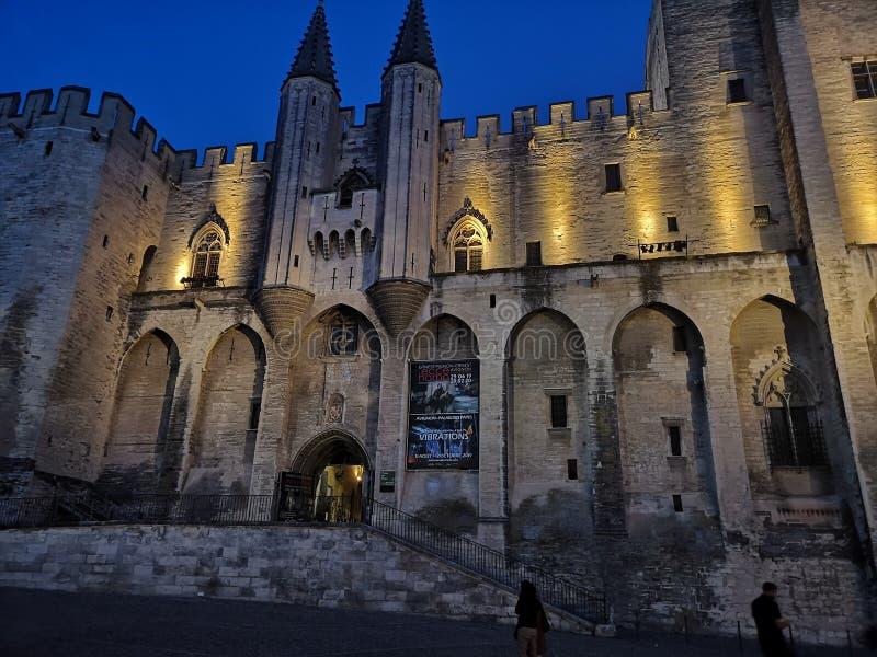 Grande castelo velho em Avignon à noite imagens de stock