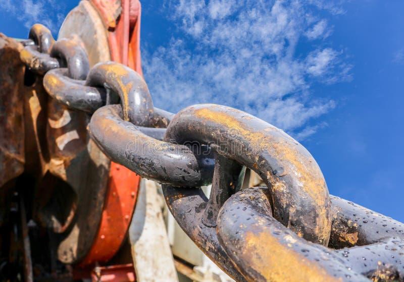 Grande catena d'ancoraggio con l'argano di attracco fotografie stock libere da diritti
