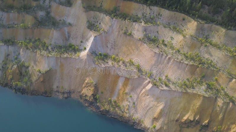 Grande cava abbandonata riempita di acqua clip Vista superiore della cava riempita di acqua Una vecchia cava riempita di blu e immagini stock libere da diritti