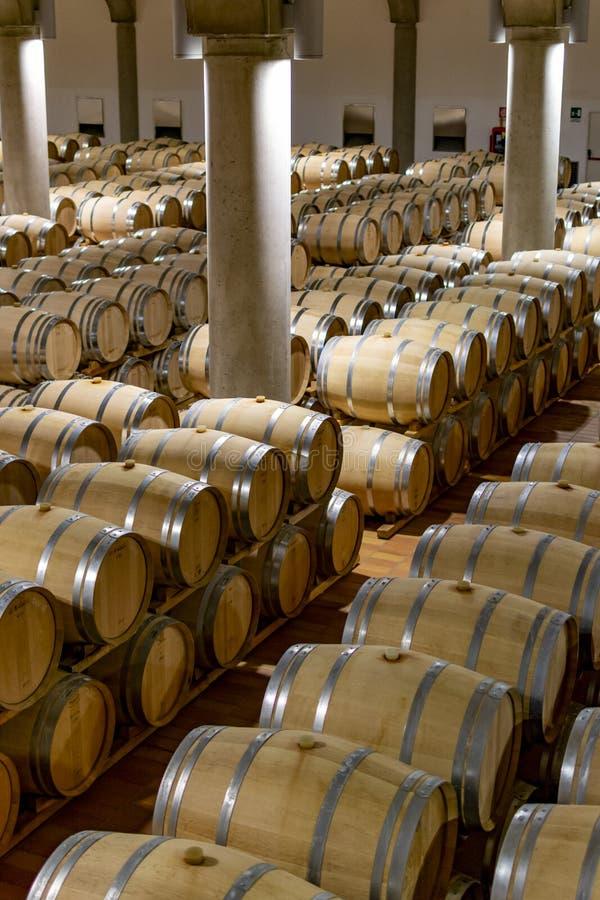 Grande cave avec de vieux barils de chêne, production de vin sec ou de liqueur rouge dans le vin de Marsala, Sicile, Italie photo stock