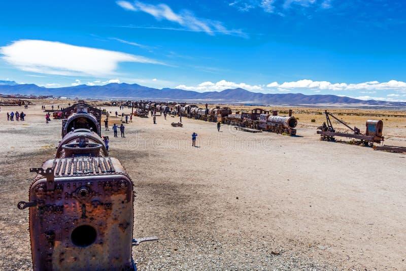 Grande cemitério do trem ou cemitério das locomotivas de vapor em Uyuni, Bolívia foto de stock