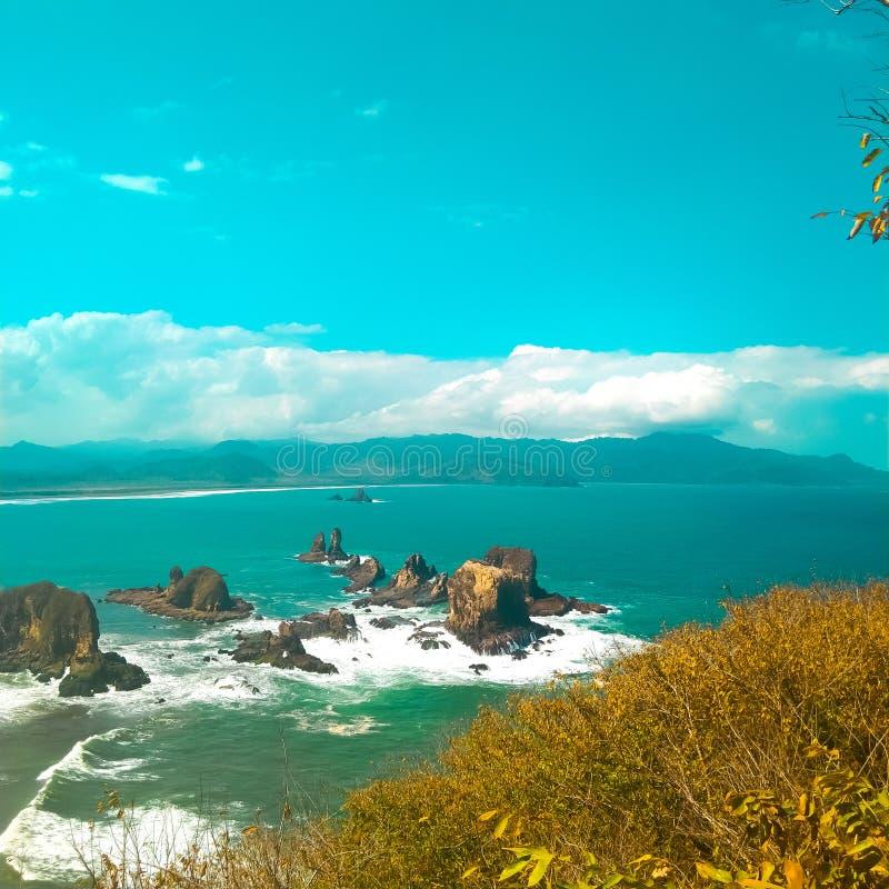 Grande cenário com céu brilhante e bela costa imagem de stock royalty free