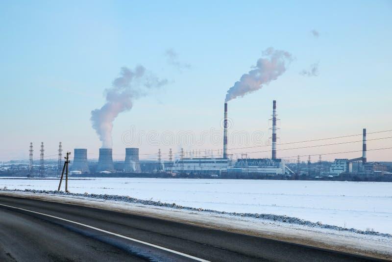 Grande centrale hydroélectrique sur l'horizon images libres de droits