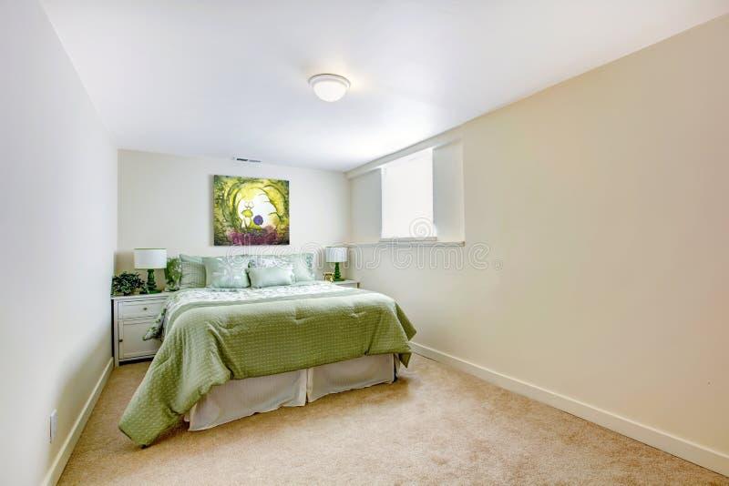 Grande chambre coucher blanche avec le b ti vert et l for Chambre verte et blanche