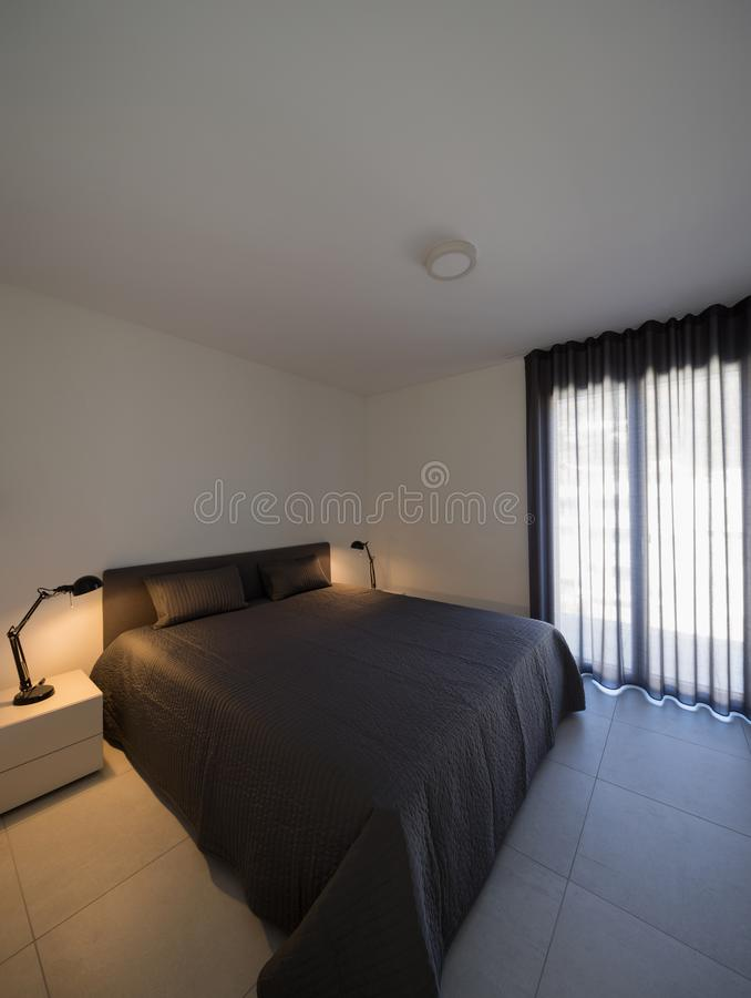 Grande chambre à coucher dans un appartement moderne image stock