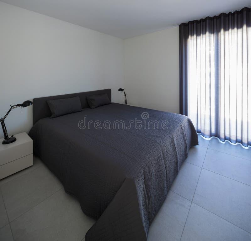 Grande chambre à coucher dans un appartement moderne images stock