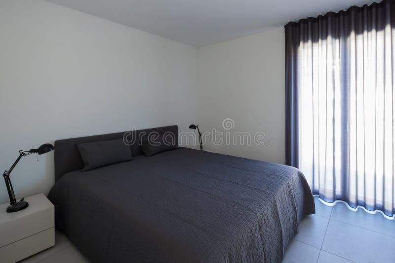 Grande chambre à coucher dans un appartement moderne photo libre de droits