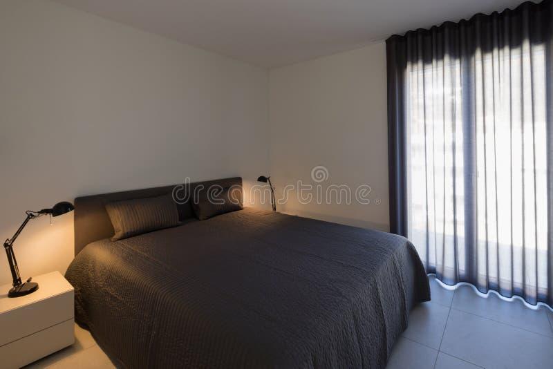 Grande chambre à coucher dans un appartement moderne photos libres de droits