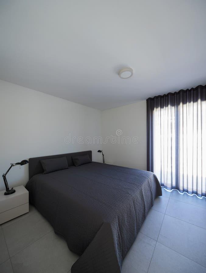 Grande chambre à coucher dans un appartement moderne images libres de droits