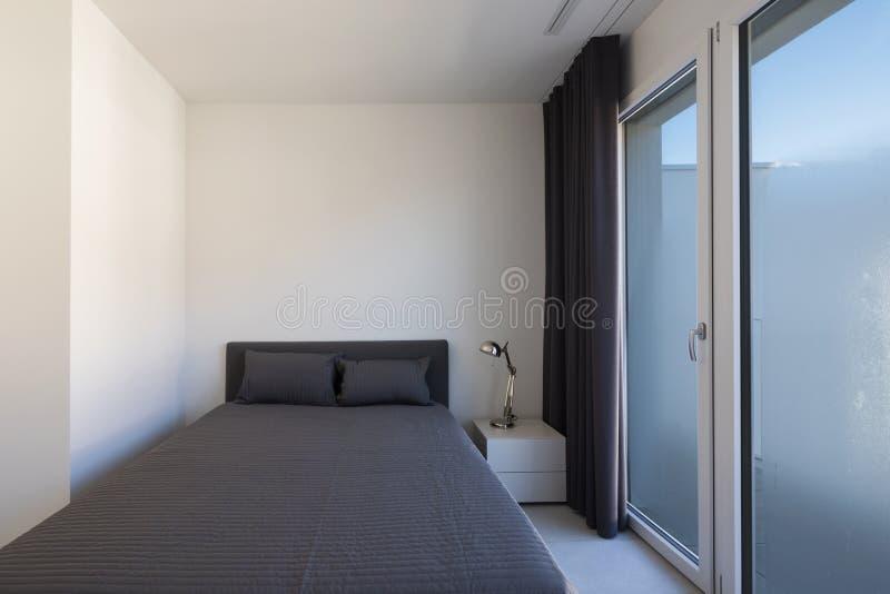 Grande chambre à coucher dans un appartement moderne photographie stock