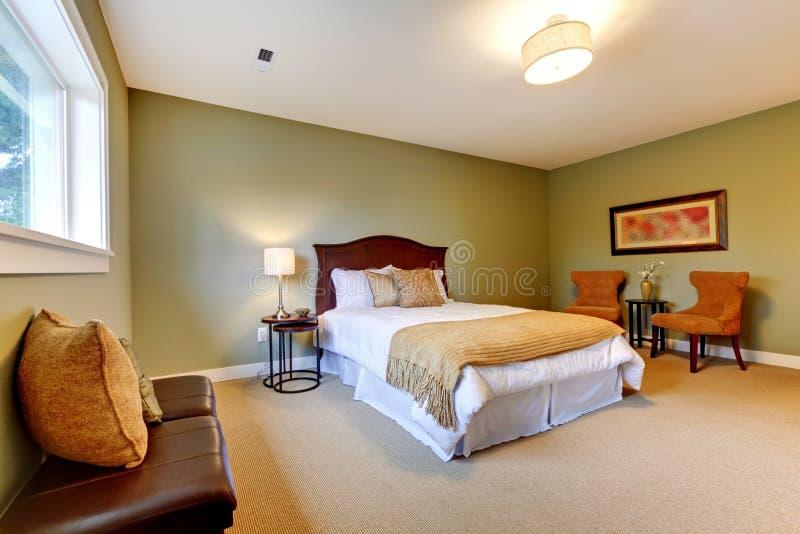Grande chambre à coucher verte neuve bien meublée. image libre de droits