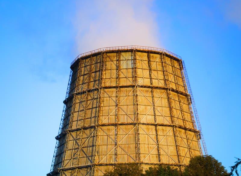 Grande chaminé da central térmica no por do sol do nascer do sol imagem de stock