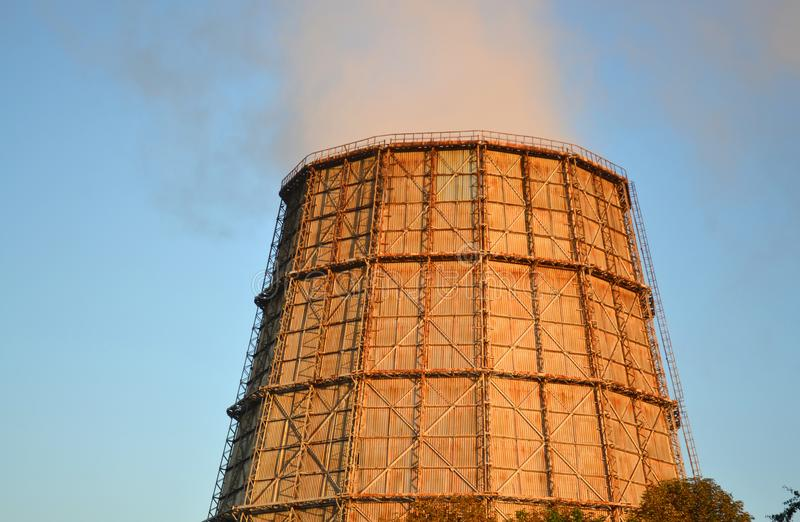 Grande chaminé da central térmica no por do sol do nascer do sol fotografia de stock royalty free