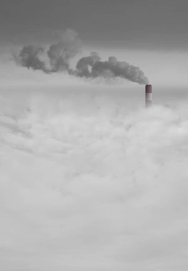 Grande cheminée de centrale avec de la fumée au-dessus du brouillard enfumé de ville photo libre de droits