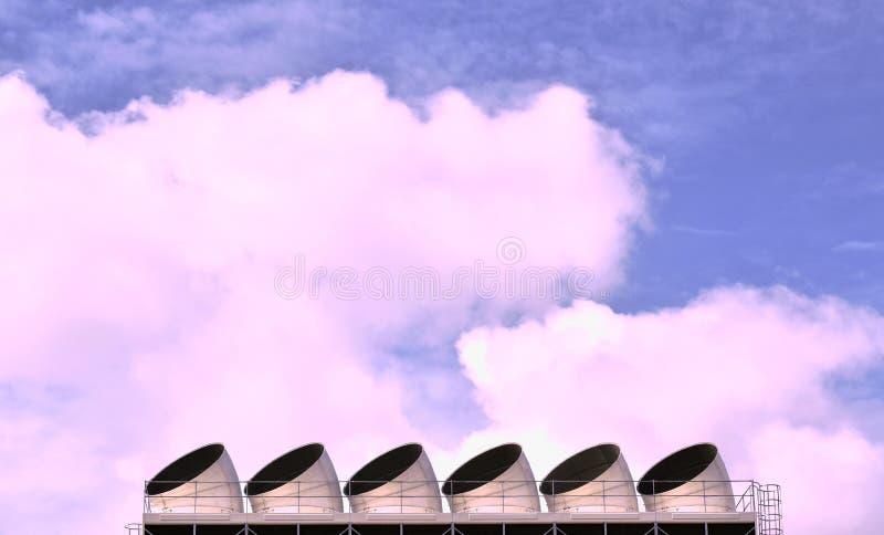 Grande cheminée de ventilation sur le dessus de toit de construction à l'arrière-plan de ciel image libre de droits