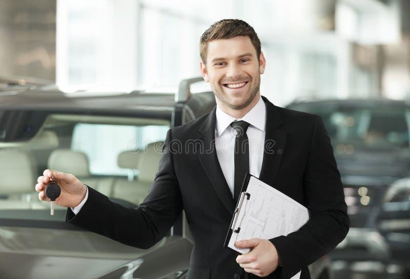 Grande choise! Vendedor de carro clássico novo considerável que está no th imagem de stock