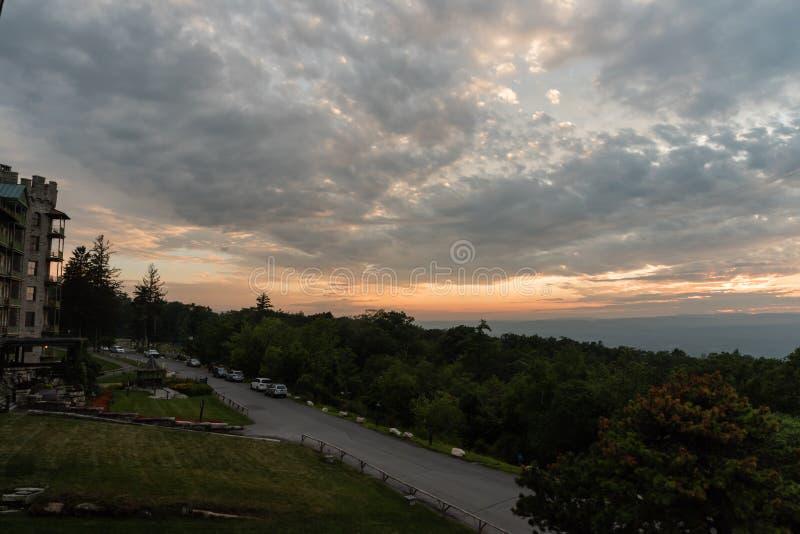 Grande cielo sopra la prerogativa di Mohonk di estate al tramonto fotografia stock libera da diritti