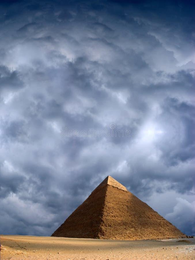 Grande cielo tempestoso antico di Cheops Giza Egitto della piramide fotografia stock