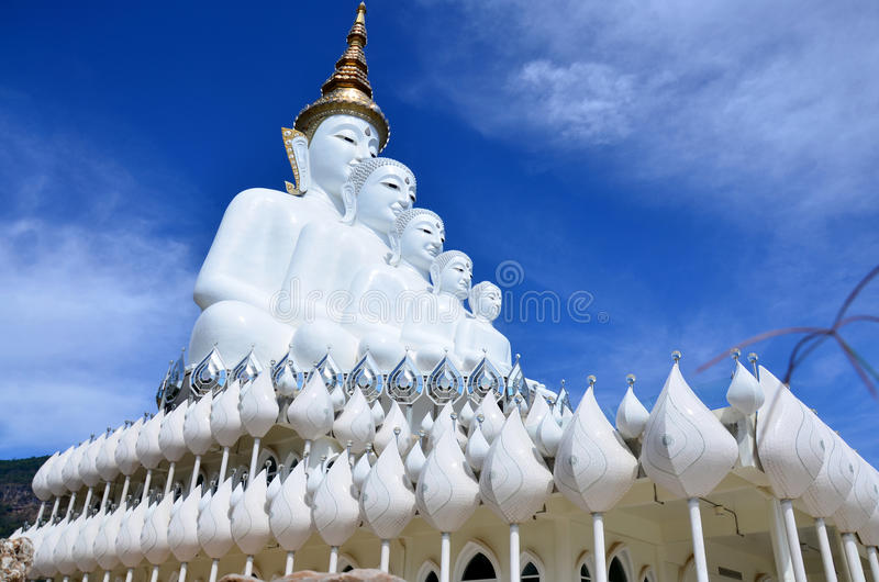 Grande cinque bianco Buddha a Wat Pha Sorn Kaew in Phetchabun, Thaila fotografia stock libera da diritti