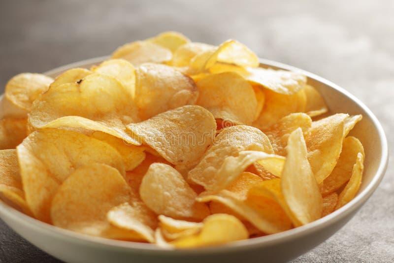 Grande ciotola di patatine fritte con gusto del granchio sulla tavola immagine stock libera da diritti