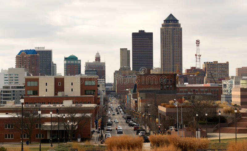 Grande città del centro Main Street di Des Moines Iowa Midwest immagini stock
