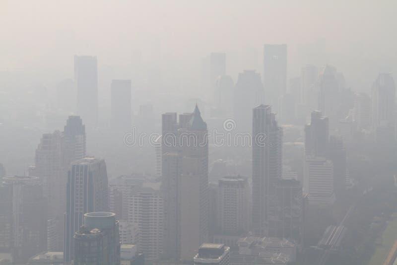 Grande città nella mattina nebbiosa fotografia stock