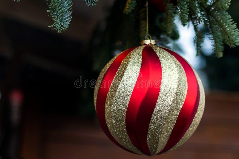 Grande close up da bola do Natal, dourado com vermelho Feriado do Natal feliz foto de stock