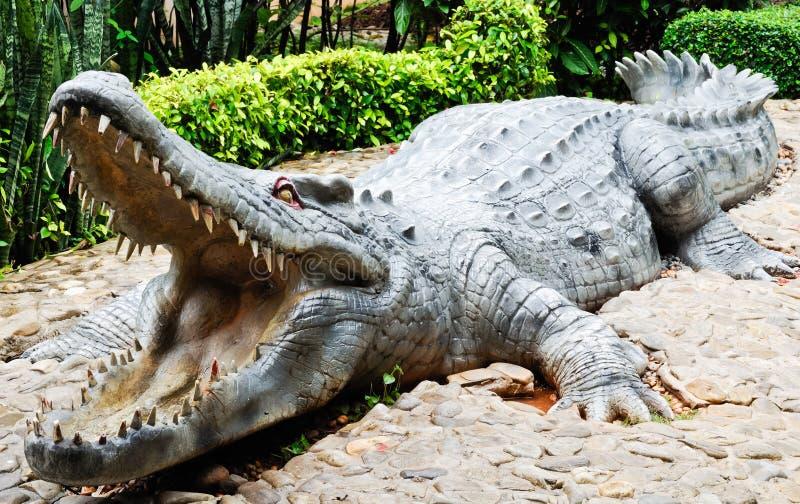 Grande coccodrillo della statua fotografia stock