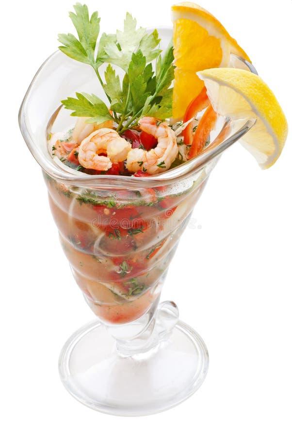 Grande cocktail di gamberetto isolato su fondo bianco fotografia stock