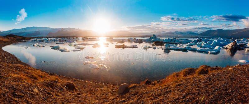 Grande coda fuori della laguna di ParisJokulsarlon della feritoia, bella immagine fredda del paesaggio della baia islandese della fotografia stock
