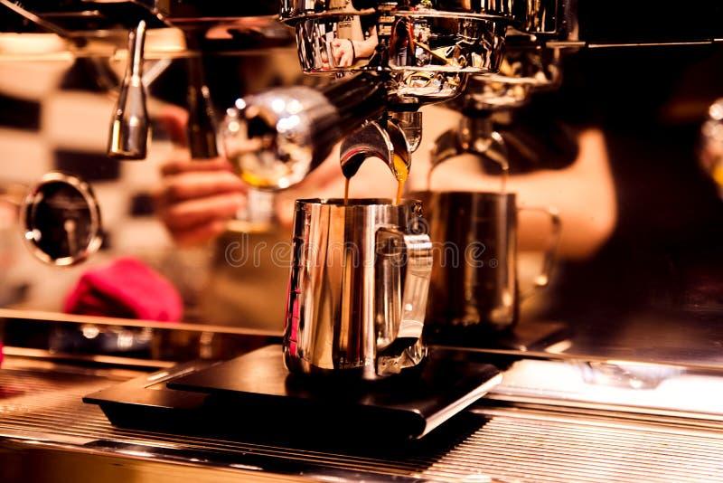 Grande colpo di contrasto di caffè con la riflessione nell'attrezzatura di barista il concetto del caffè di amore e di cottura fotografie stock libere da diritti