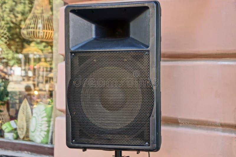 Grande coluna preta da música na parede com uma janela na rua fotos de stock royalty free