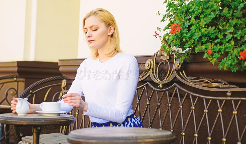 Grande começo do dia A cara calma elegante da mulher tem o terraço do café do café fora Café da bebida da menina cada manhã em me imagens de stock royalty free