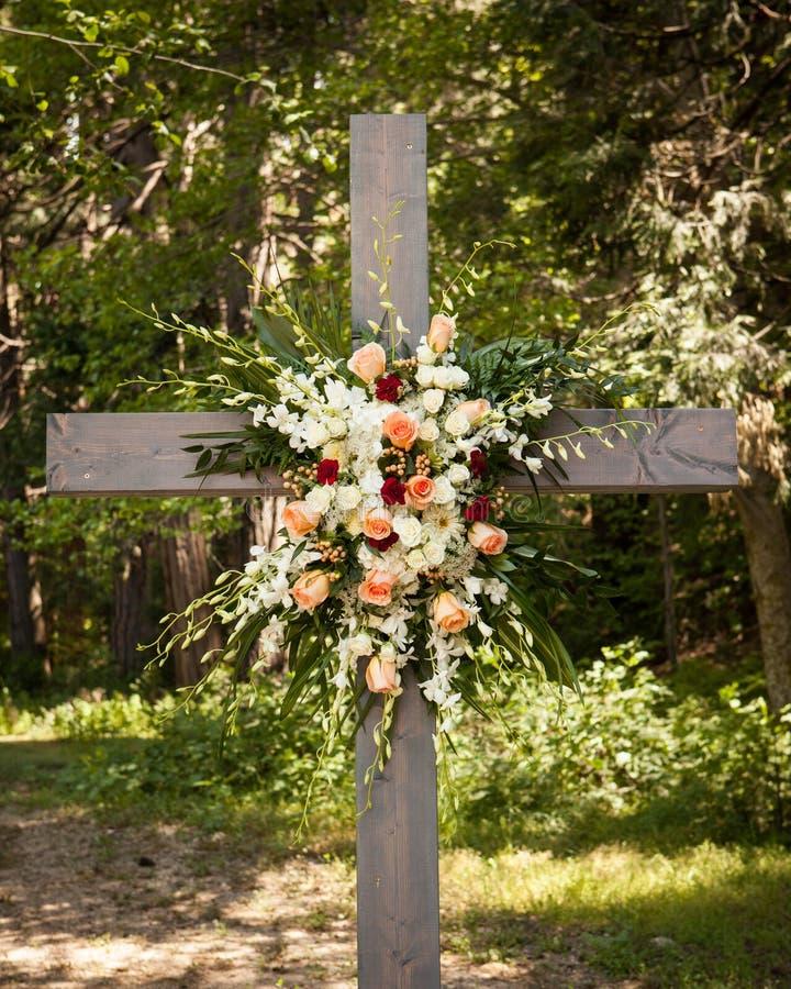 Grande composition florale accrochant sur un vieil extérieur croisé en bois photo stock