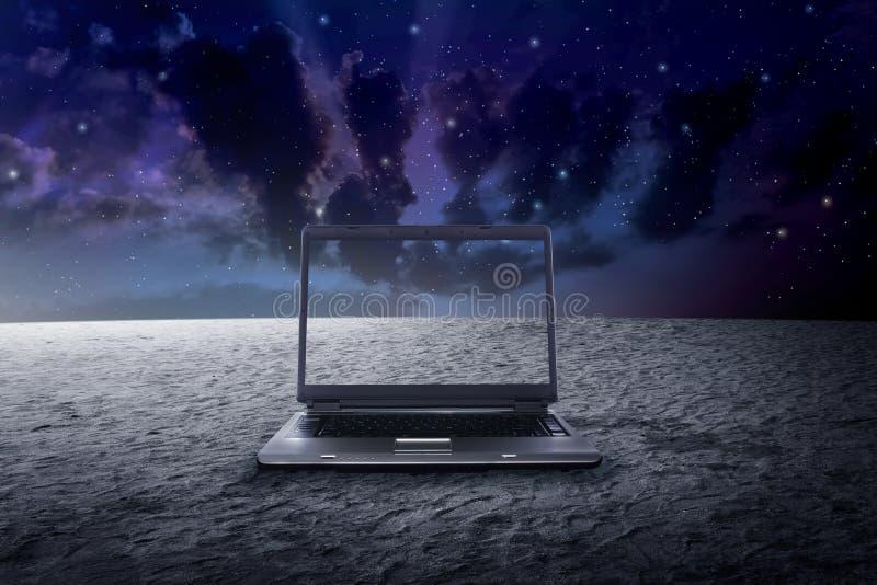 Grande computer portatile sullo spazio cosmico immagine stock