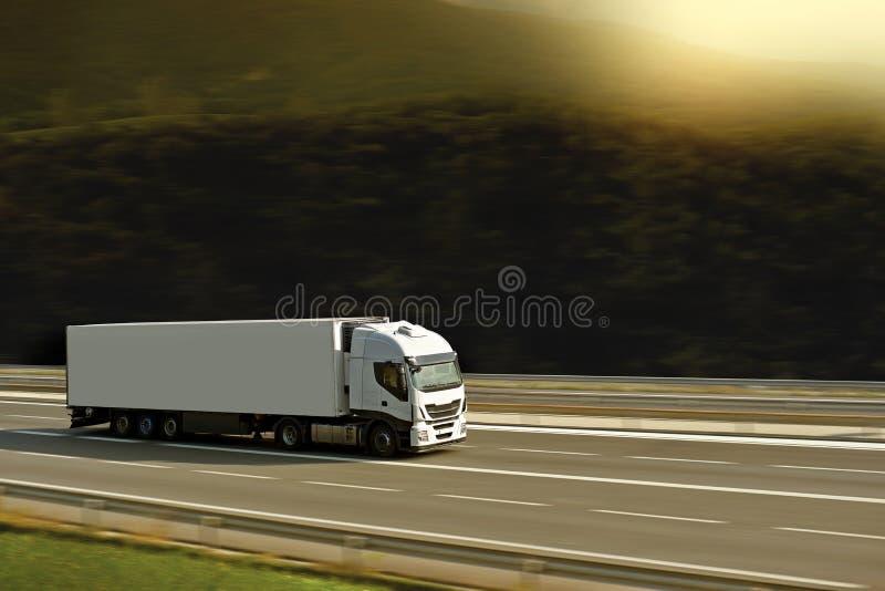Grande con semi el camión en la carretera con luz del sol foto de archivo libre de regalías