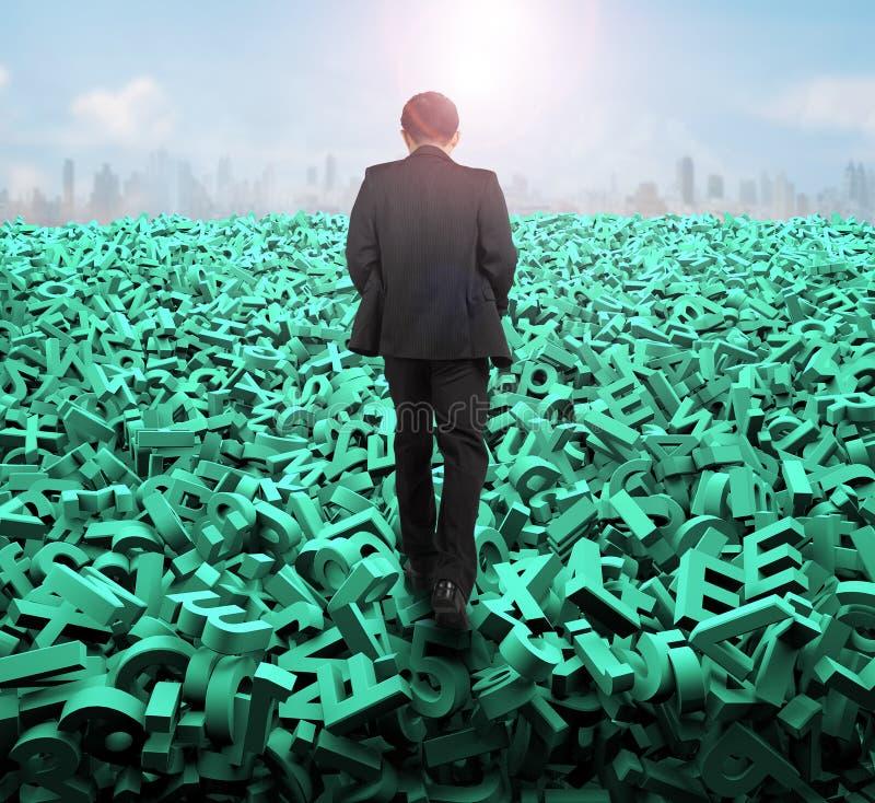 Grande concetto di dati, uomo d'affari che cammina sui caratteri verdi enormi immagine stock