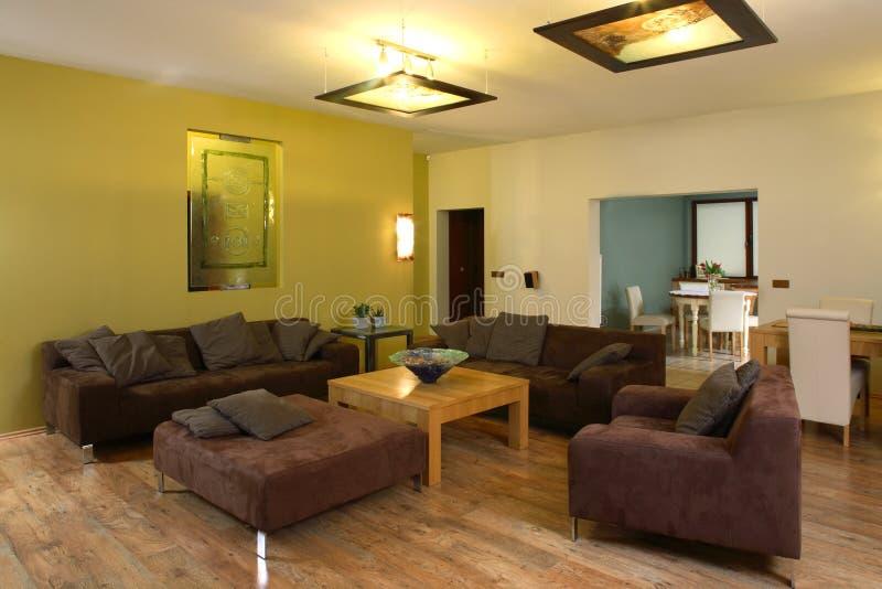 Grande, confortable salle de séjour photographie stock