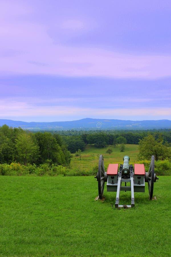 Grande conjunto de canhões no meio do campo, parte das histórias históricas, Saratoga Battlefield, Saratoga, Nova Iorque, 2019 fotografia de stock