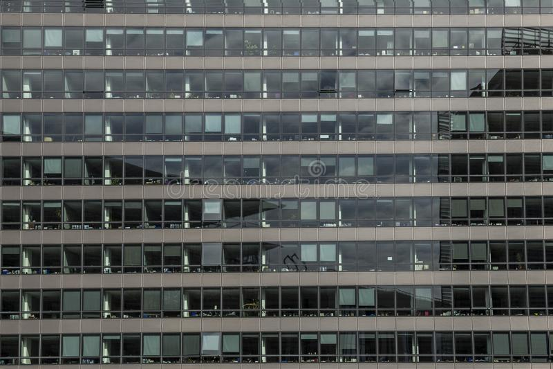 Grande construção administrativa com a fachada de vidro em Bruxelas, Bélgica 26 06 2016 Uso editorial somente imagens de stock