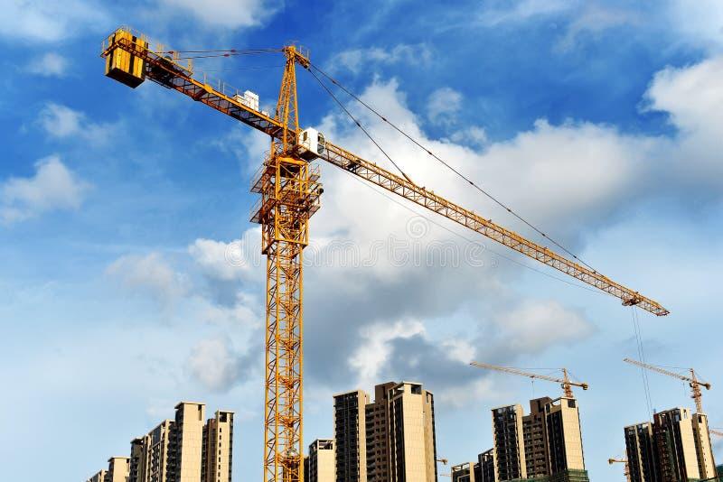 Grande construção comercial sob a construção fotos de stock
