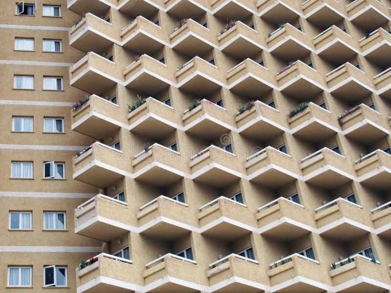 Grande construção de highrise residenetial com balcões angulares imagem de stock royalty free