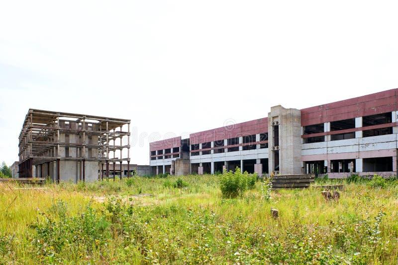 Grande construção industrial abandonada, fábrica inacabado fotografia de stock royalty free