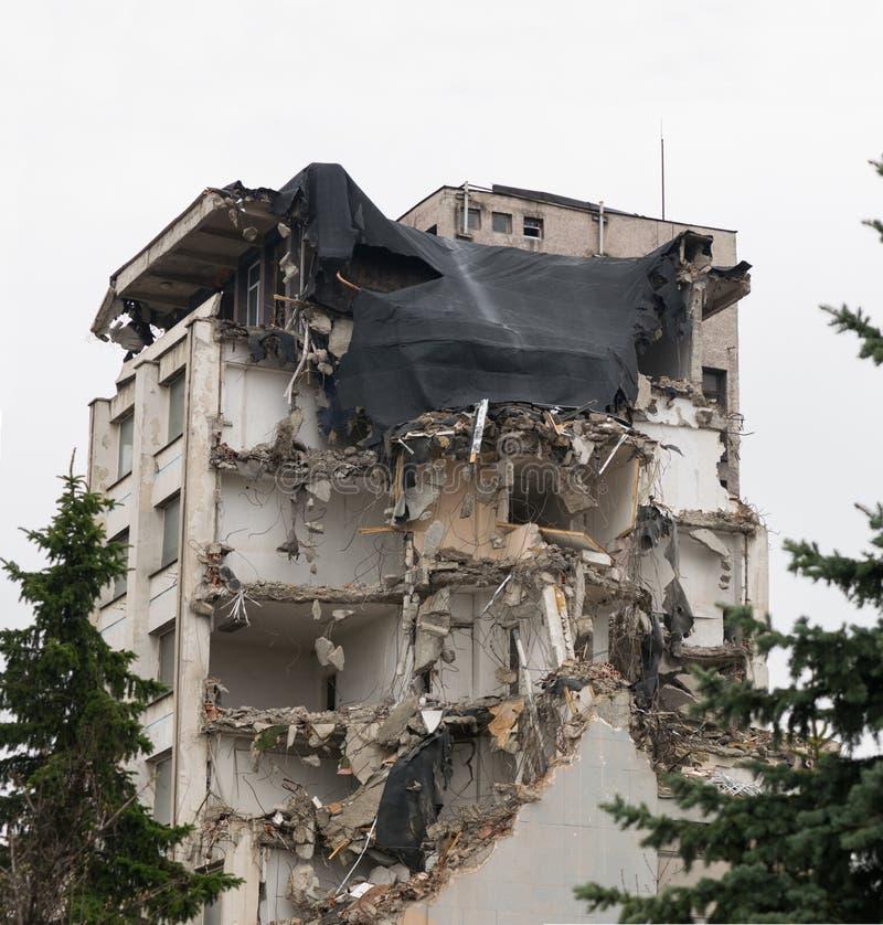 Grande constru??o dividida durante a demoli??o - imagem foto de stock
