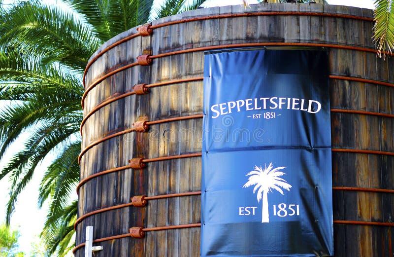 Grande contrassegno blu sui vecchi tini di legno all'entrata della cantina di Seppeltsfield immagini stock libere da diritti