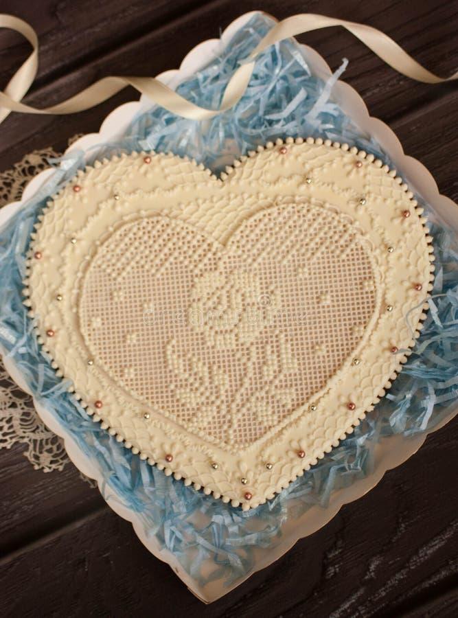 Grande coração de pão de gengibre decorado com padrão de gelo fotografia de stock royalty free