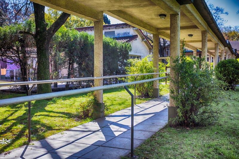 Grande corridoio in entrata del giardino della clinica di riabilitazione dell'ospedale salute fotografia stock